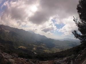 Takie widoki cieszą oczy podczas podjazdu na szczyt.