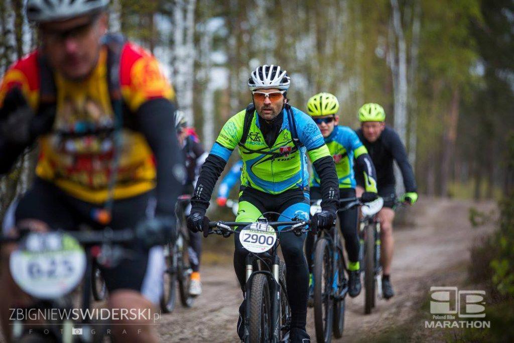 Poland Bike Marathon Legionowo - Maciej Płończyk na trasie. Za nim Jeremi Dziedziejko