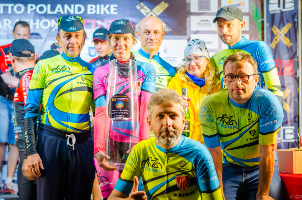 Poland Bike Marathon w Wawrze - grupowe zdjęcie po dekoracji